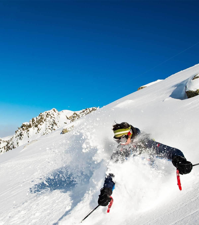 Free-rider en hors piste dans la poudreuse de Chamonix