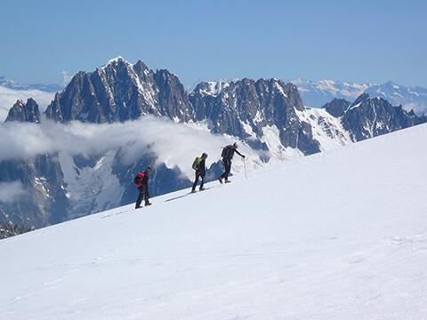 Alpinistes encordés sur une pente de neige lors d'une ascension dans le massif du Mont-Blanc