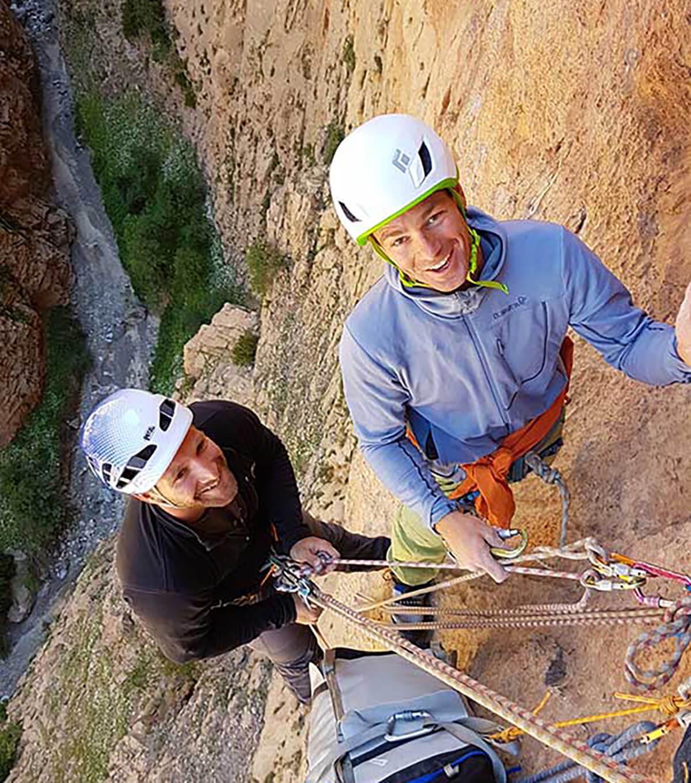 Grimpeurs au relais d'escalade grande voie