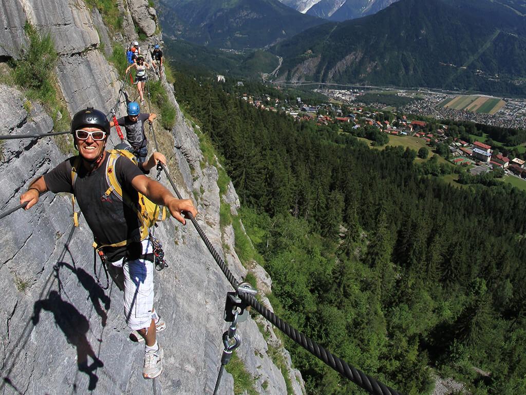 Famille et guide dans une Via-ferrata Chamonix