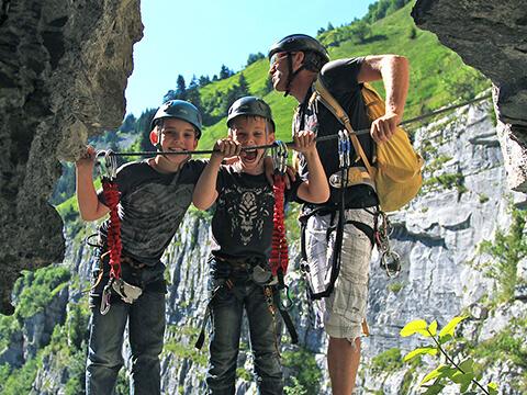 Jeunes grimpeurs souriants dans une via-ferrata Chamonix